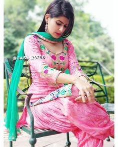 Simple Kurti Designs, Stylish Dress Designs, Punjabi Girls, Punjabi Suits, Patiala Salwar, Shalwar Kameez, Salwar Suits, Patiala Pants, Patiala Dress