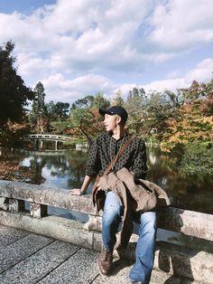 BTS's RM (Namjoon) enjoying an autumn day with the rest of BTS 🍁🌿 Kim Namjoon, Kim Taehyung, Jung Hoseok, Mixtape, Foto Bts, K Pop, Rapper, Kim Daily, Bts Twt