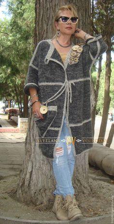 Купить или заказать Пальто вязаное с пуговицами авторское в интернет-магазине на Ярмарке Мастеров. Пальто авторское связано спицами.Весной, осенью и в прохладные летние дни вас окутает теплом демисезонное пальто душевной ручной вязки. Все больше на подиуме мы видим изделия в стиле бохо. Свободный крой, уют, стиль.Необычный декор из кокосовых пуговиц ,крупный карман два варианта застежки-завязки, контрастного цвета обвязка деталей, рукав три-четверти.