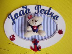Porta maternidade oval em MDF personalizado.Delicado e sofisticado para o quarto do seu bebê. <br>As cores dos tecidos, decoração e nome ficam á critério do cliente. Consulte-nos