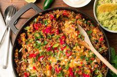 Dit recept maakt het maken van een burritobowl nóg makkelijker: vier tot zes burrito bowls in één pan. Klaar terwijl u wacht!