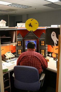 This makes me want to decorate my desk so badly when Halloween rolls around...