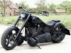 Une moto noire.