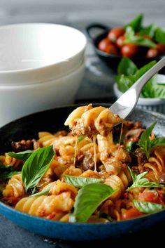 One Pot Beef & Basil Pasta - minimum effort, maximum reward! Pasta Nutrition, Cheese Nutrition, Coconut Milk Nutrition, Risotto Recipes, Pasta Recipes, Cheating, One Pan Pasta, Basil Pasta, Beef Recipes