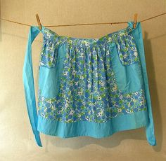sweet vintage apron ~ love that the strings, pockets and hem all match