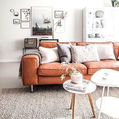 Almofadas quadros e um sofá colorido são boas alternativas para incrementar a decoração. Brinque com as cores neutras e faça diferentes combinações para deixar o ambiente mais moderninho.  #decoracaodeinteriores #decore #inspiration #inspiração #mobly #moblybr #homesweethome #homedecor #comtemporary #livingroom #home #alegria #home #decor #decoração #decoration #lardocelar #casa #lar #meuape
