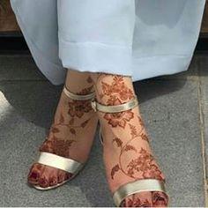 Henna Flower Designs, Pretty Henna Designs, Modern Henna Designs, Latest Henna Designs, Henna Tattoo Designs Simple, Arabic Henna Designs, Legs Mehndi Design, Mehndi Designs Feet, Stylish Mehndi Designs