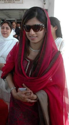 Hina Rabbani Khar - The Foreign Minister of Pakistan Hina Rabbani Khar is well known for her beauty and charm. Here is a look at her photos. Pakistani Fashion Party Wear, Pakistani Wedding Dresses, Hina Rabbani Khar, Iranian Beauty, Kurta Neck Design, Haldi Ceremony, Iconic Dresses, Indian Couture, Kurta Designs