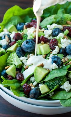 Blueberry Broccoli Spinach Salad with Poppyseed Ranch - Peas And Crayons Heidelbeer-Brokkoli-Spinat-Salat mit Mohn-Ranch Vegetarian Recipes, Cooking Recipes, Healthy Recipes, Cooking Rice, Keto Recipes, Blueberry Salad, Tasty, Yummy Food, Broccoli Salad