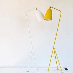 lampara de pie. diseño moderno color blanco y amarillo
