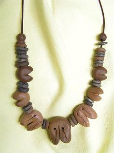 Ceramiczne elementy wykonałem z gliny barwionej tlenkami metalu .