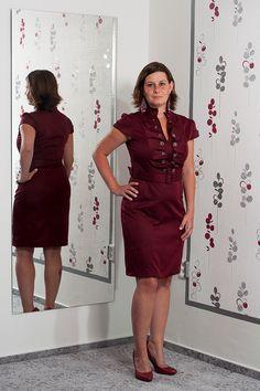 """082. """"Napoleonky"""" Vínově červené šaty s krásným dekoltem a páskem.  Vel.: 40  Cena: 790,- kč"""