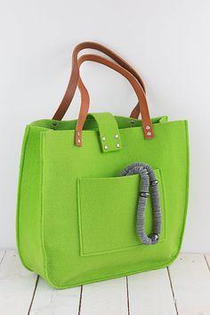 Grün Filz Tasche zum Einkaufen, Frühlingsbeutel, Echtleder Griffe, Einkaufstasche, Shopper Filz.  Diese Tasche ist ein einfaches Design, aber gleichzeitig sehr stilvoll. Die Größe ist ideal für den Transport, Zeitschriften, Bücher, Notizbuch oder Dateien. Frisch, elegant, lässig und vieles mehr.  Hergestellt aus grünem Filz. Filz ist imprägnierte 4mm (0,16).  Abmessungen ca.: 39cm/15,50 breit x 36 cm/14,20 hoch, 10cm/4 tief. Innen und außen große Tasche 22cm (8,66) / 16,5 (6,50) Gurte sind…