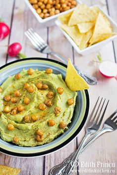 avocado hummus with roasted chickpeas for serving - humus cu avocado Avocado Hummus, Guacamole, Edith's Kitchen, Breakfast Snacks, Bagels, Pesto, Deserts, Appetizers, Cooking Recipes