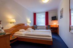 Diese etwas größeren Doppelzimmer mit einer Größe von 16 bis 18m² liegen zur Ost- und Westseite. In einigen unserer Superior-Doppelzimmern ist eine Aufbettung möglich, sodass bis zu 3 Personen hier übernachten können.