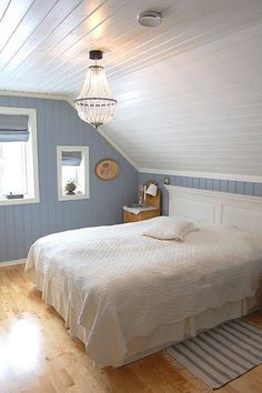 Attic bedroom with painted paneling.- Attic bedroom with painted paneling. Attic bedroom with painted paneling. Attic Master Bedroom, Attic Bedroom Designs, Attic Design, Upstairs Bedroom, Bedroom Loft, Bedroom Decor, Attic Bathroom, Bedroom Ideas, Bedroom Beach