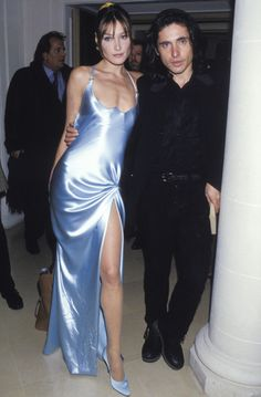 satin moment from Carla Bruni backstage at Atelier Versace s/s 1995 2000s Fashion, Fashion Week, High Fashion, Fashion Show, Fashion Looks, Fashion Design, Dior Haute Couture, Couture Fashion, Runway Fashion
