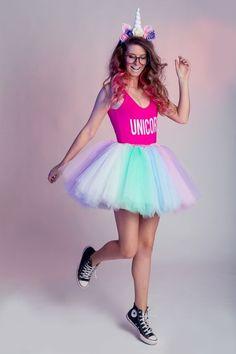15 Ideias de fantasias para arrasar no bloquinho de carnaval. Tiara de unicórnio, body rosa, saia de tule colorida, tênis all star preto