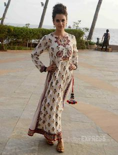 Bollywood 'Queen' Kangana Ranaut was seen doing the promotional duties for her upcoming movie 'Tanu Weds Manu Returns'. Pakistani Formal Dresses, Indian Dresses, Indian Outfits, India Fashion, Ethnic Fashion, Girl Fashion, Indian Attire, Indian Ethnic Wear, Bollywood Celebrities