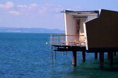 In Neuchâtel, nahe dem ehemaligen Expo-Gelände von 2002, steht auf Pfählen gebaut das einzigartige und luxuriöse 5-Sterne Hotel Palafitte
