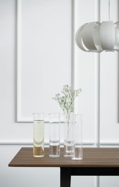 Het tafeloppervlak van walnootfineer en de poten van massief essen geven de kamer een warme uitstraling met deze STOCKHOLM tafel.
