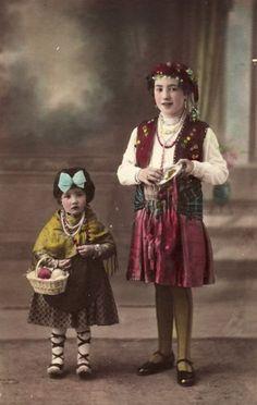 """""""Mi abuela Núria con 10 años y su hermana Montserrat con 2 años, disfrazadas en el año 1932. Sant Boi de LLobregat (Barcelona)"""". Gypsy Fortune Teller, Montserrat, Fairy Tales, Barcelona, Hipster, Painting, Vintage, Style, Art"""