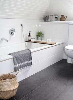 Come arredare il bagno in stile naturale - Vasca con ripiano in legno