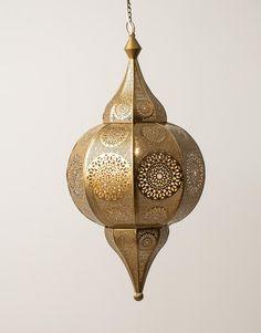 Stor mässingsfärgad taklampa i orientalisk stil. Passar bra tillsammans med den mindre modellen TAJ LAMP S.