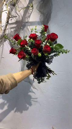 Yarn Flowers, Diy Flowers, Paper Flowers, Flower Bouquet Diy, Bouquet Wrap, Creative Flower Arrangements, Floral Arrangements, Hippie Wallpaper, How To Wrap Flowers