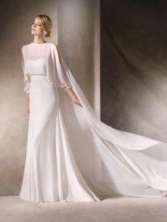 L'abito da sposa HENLEY, svasato e con scollatura a cuore, è un fine modello in voile, pizzo e ricami guipure con strass floreali.