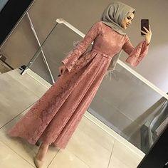 Abaya Style 817684876073178194 - Görüntünün olası içeriği: 1 kişi, ayakta Source by Hijab Evening Dress, Hijab Dress Party, Hijab Style Dress, Party Wear Dresses, Dress Outfits, Abaya Style, Homecoming Dresses, Prom, Abaya Mode