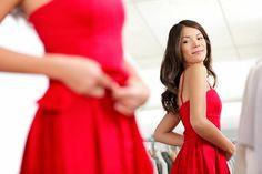 Rote Lippen, rotes Kleid, rote Schuhe - die Farbe ist ein Hingucker und lässt Frauen sofort attraktiver wirken.  Studie zeigen: Frauen nutzen das strategisch...