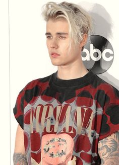 Justin Bieber 2015 American music awards Love the colors and patterns in this shirt Justin Bieber 2015, Style Justin Bieber, Justin Bieber Outfits, Justin Bieber Images, Justin Bieber Lockscreen, Justin Bieber Wallpaper, Peinado Justin Bieber, Blonde Grise, Rihanna