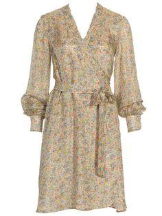 Das Kleid mit Bindegürtel aus feinem Seidenbatist wird gedoppelt, nur an den Ärmeln bleibt der zarte Stoff einlagig und durchscheinend.