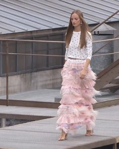 Silk Tulle Embroidered with Feathers Pale Pink Maxi Skirt. Spring Summer 2020 Ready-to-Wear Collection. Runway Show by Chanel. Spring Outfits Women, Pink Maxi, Haute Couture Fashion, Red Carpet Fashion, White Tees, Roberto Cavalli, Black Sandals, Pale Pink, Runway Fashion