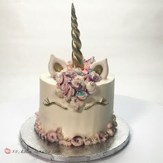 Do you want to make the trendy unicorn cakes that you see everywhere? Learn how easy the recipe for the cake, buttercream and unicorn cake tutorial is.