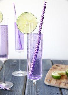 Ingredientes:Vodka de arándano Soda o agua gasificada. Jugo de limón, recién exprimidoMielAzúcarLavanda secaUna gotita de colorante morado para comidas (opcional)Para tener tu glamourosa bebida morada, sigue estos pasos por aquí.