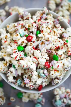 White Chocolate Reindeer Popcorn An easy popcorn mix that comes together in 5 minutes! White Chocolate Reindeer Popcorn is perfect for Christmas or to make all year round. Christmas Popcorn, Christmas Party Food, Christmas Cupcakes, Christmas Appetizers, Christmas Sweets, Christmas Cooking, Christmas Goodies, Kids Christmas, Christmas Desserts Easy