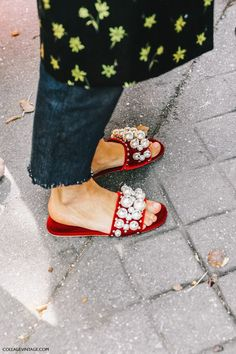 Searches for embellished slides YoY. Make a sandal statement with these oversized pearl embellished slides. Fast Fashion, Womens Fashion, Ceinture Cowboy, Stilettos, Heels, Mode Shoes, Mode Style, Beautiful Shoes, New Shoes