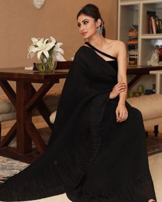 Mouni Roy looking gorgeous 🖤🖤🖤 Ballroom Costumes, Simple Sarees, Indian Tv Actress, Evening Dresses, Formal Dresses, Bollywood Celebrities, Looking Gorgeous, Beautiful, Designer Wear