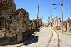 Straat met ruïnes en trambaan in Oradour-sur-Glane in Frankrijk Het dorpje is een adembenemend monument van de gruwelijkheden die tijdens de Tweede Wereldoorlog zijn gepleegd. Het dorp werd door een SS eenheid verwoest en richtte onder de inwoners een bloedbad aan. Vlak na de oorlog bezocht De Gaulle Oradour en besloot dat het dorp moest blijven zoals de Duitsers het hadden achtergelaten, en zo is het nog steeds.