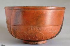Bol en céramique sigillée de type Drag 37 importé de l'est de la Gaule, fin IIe - début IIIe s. de notre ère, Gonesse (Val-d'Oise), 2004. ...