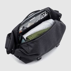 Chrome challenged themselves to create a small sling bag that carries a 13 in. The result was the Vale, a seriously cool sling that uses compression straps to transform like Voltron. Everyday Carry Bag, Best Messenger, Sling Backpack, Sling Bags, Cycling Bag, Military Gear, Fashion Bags, Baby Car Seats, Backpacks