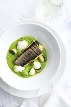 Exceptional Sea bass with zucchini champagne foam I Love Food, Good Food, Yummy Food, Seafood Appetizers, Appetizer Recipes, Fish Dishes, Seafood Dishes, Food Design, Christmas Entrees