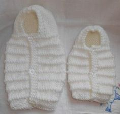 Free knitting pattern for doll sleeping bag (in French) Baby Cardigan Knitting Pattern, Baby Knitting Patterns, Knitting Yarn, Free Knitting, Crochet Patterns, Bb Reborn, Tricot Baby, Baby Cocoon Pattern, Angel Outfit