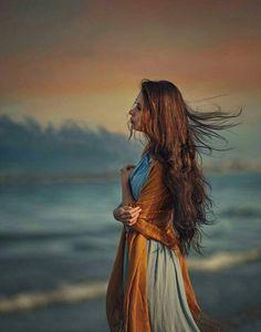 صاحبِ مہر و وفا ارض و سما کیوں چُپ ہے ہم پہ تو وقت کے پہرے ہیں خدا کیوں چُپ ہے بے سبب غم میں سُلگنا مری عادت ہی سہی ساز خاموش ہے کیوں شعلہ نوا کیوں چُپ ہے پُھول تو سہم گئے دستِ کرم سے دمِ صبح گُنگُناتی ہوئی آوارہ صبا کیوں چُپ ہے ختم ہو گا نہ کبھی سلسلۂ اہلِ وفا سوچ اے داورِ مقتل یہ فضا کیوں چُپ ہے مجھ پہ طاری ہے رہ ِ عشق کی آسودہ تھکن تجھ پہ کیا گزری مرے چاند بتا کیوں چُپ ہے جاننے والے تو سب جان گئے ہوں گے علیمؔ ایک مدّت سے ترا ذہن رسا کیوں چُپ ہے