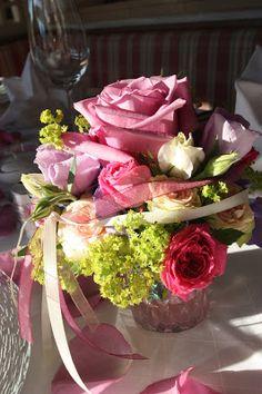 Blumen-Arrangements für den Hochzeitstisch in Rosa, Pink, Lila