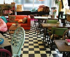 The coffee shop has a rather retro feel. Obviously, each coffee shop has its own characteristics when it comes to design. It is a surprisingly colorful coffee shop but there's a really very good grounds for this. Rustic Coffee Shop, Vintage Coffee Shops, Cozy Coffee Shop, Coffee Shop Design, Vintage Cafe, Cafe Interior Vintage, Coffee Coffee, Coffee Americano, Coffee Room