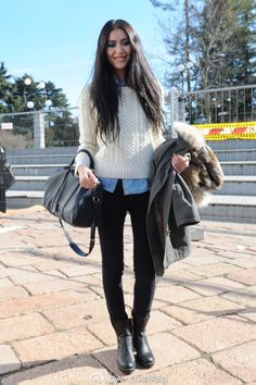 Liu Wen Street Style in Fashion Week Fall 2012 - 博客大巴 Liu Wen, Warm Outfits, Cool Outfits, Def Not, Cozy Fashion, Classic Fashion, Sweater Fashion, Model Street Style, Denim Top