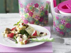 Knuspriger Brot-Käse-Salat mit Radieschen und Apfel-Dressing | Kalorien: 280 Kcal - Zeit: 35 Min. | http://eatsmarter.de/rezepte/knuspriger-brot-kaese-salat